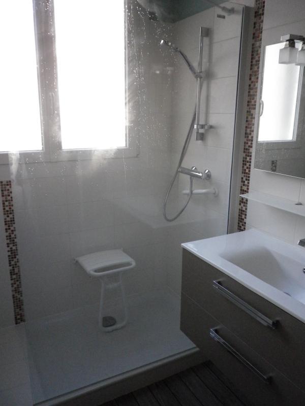 bac à douche, receveur en  céramique, paroi fixe, siège relevable, PMR
